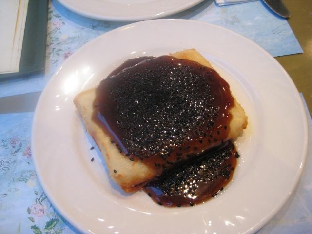 Queijo feta grelhado c/ mel, aceto balsâmico e gergelim